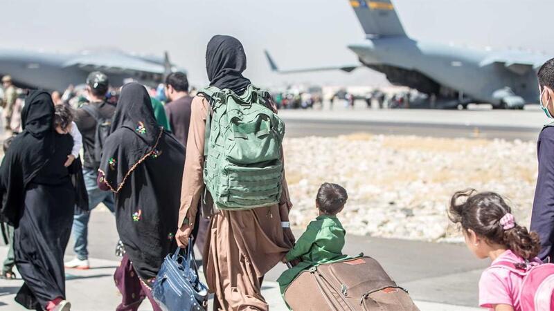 Famílias de cidadãos Afegãos no aeroporto, a tentar fugir do país